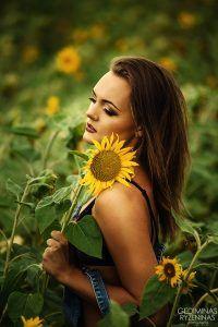Ramintos fotosesija saulėgrąžų lauke