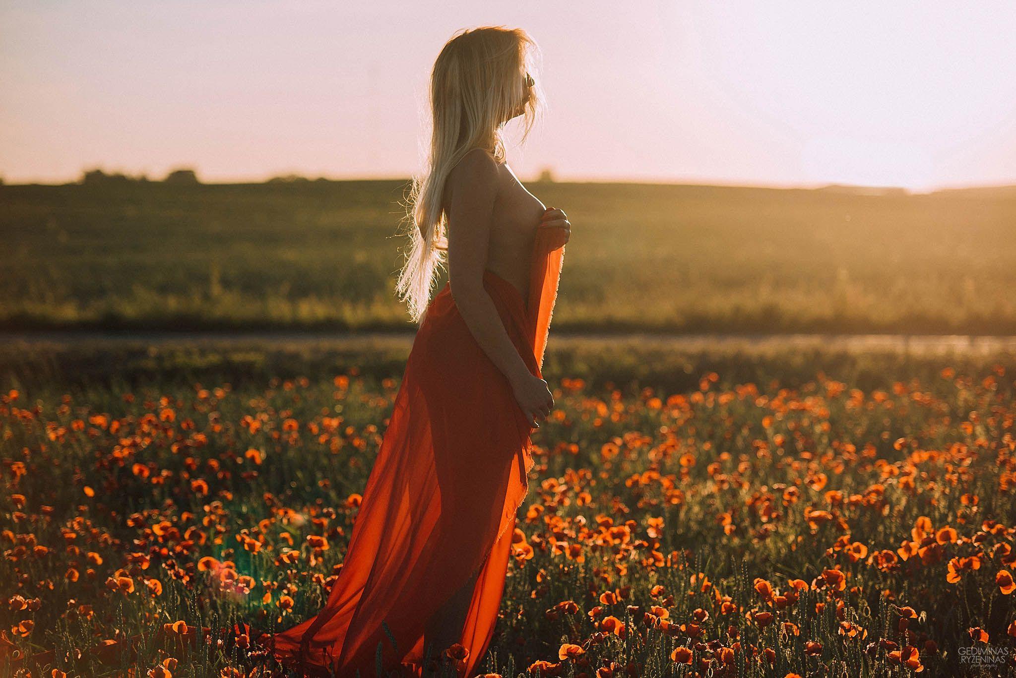erotine fotosesija aguonų lauke